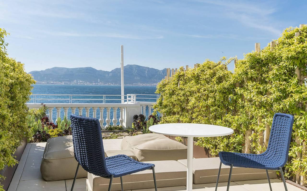 Terasse avec table et chaises hôtel 5 étoiles cote azur