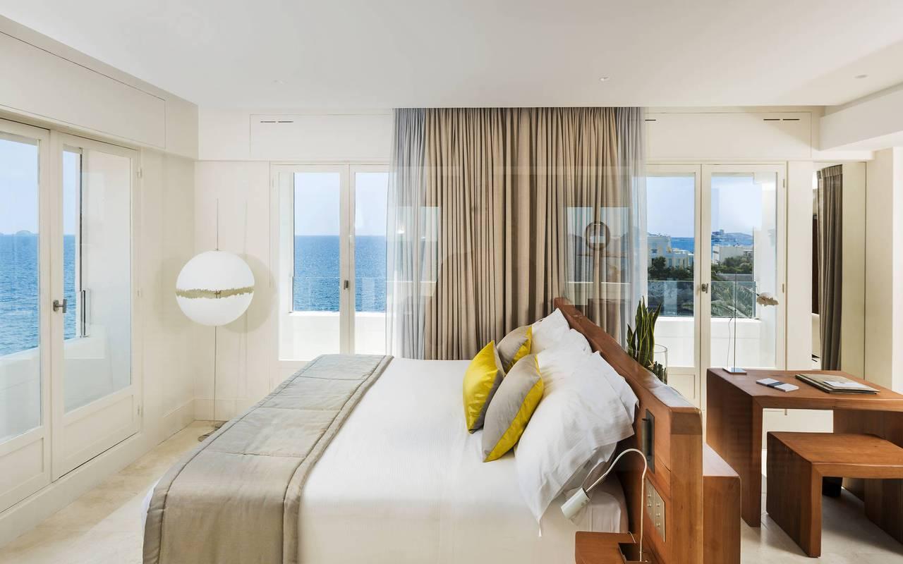 Suite avec vue et lit confortable hôtel de luxe marseille
