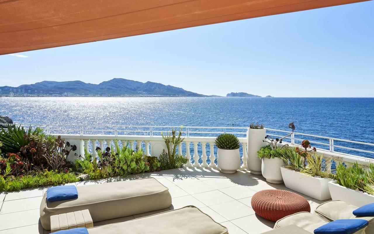 Terrasse ensoleillée hôtel vue sur mer marseille
