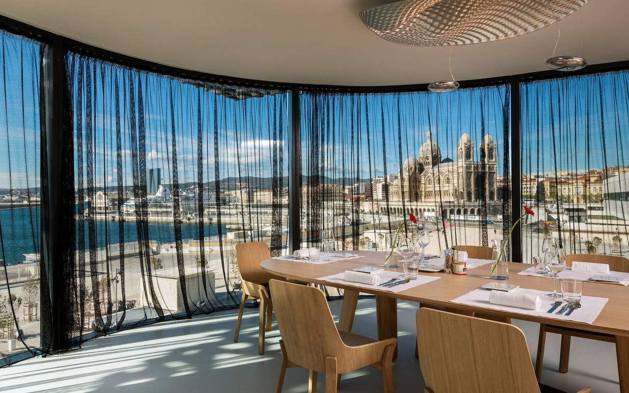 Restaurant vue sur le port de Marseille