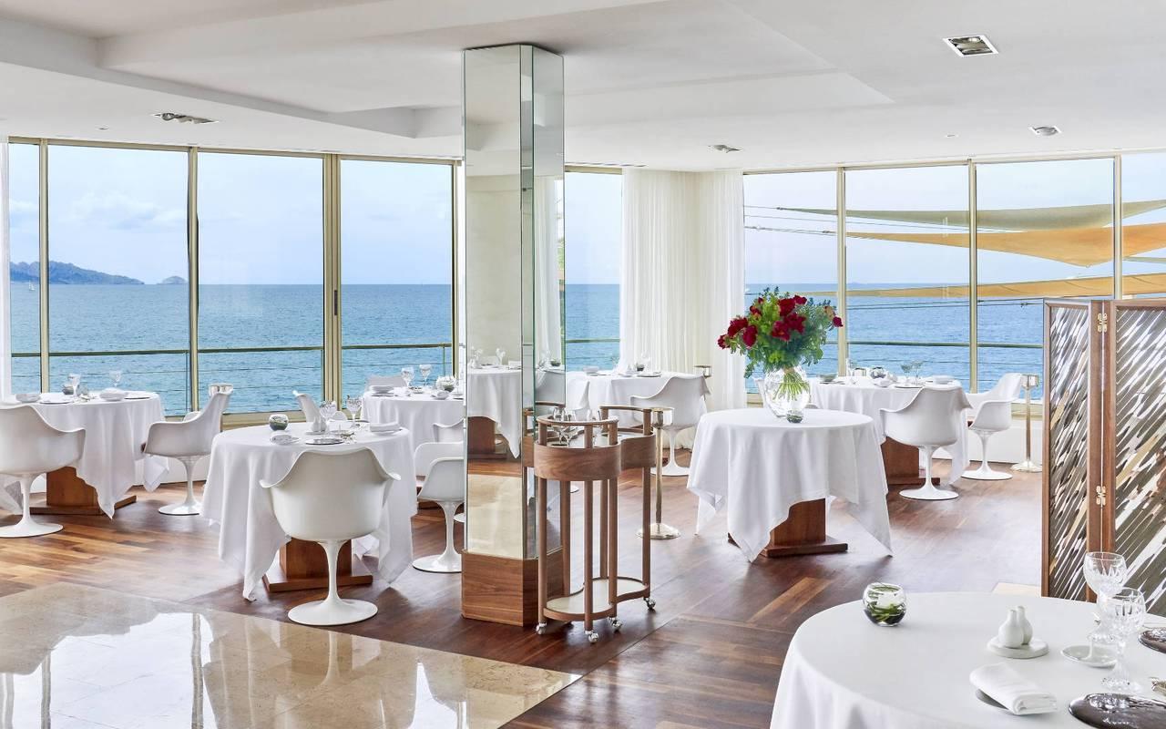 Salle de restaurant vue sur la mer hôtel romantique marseille