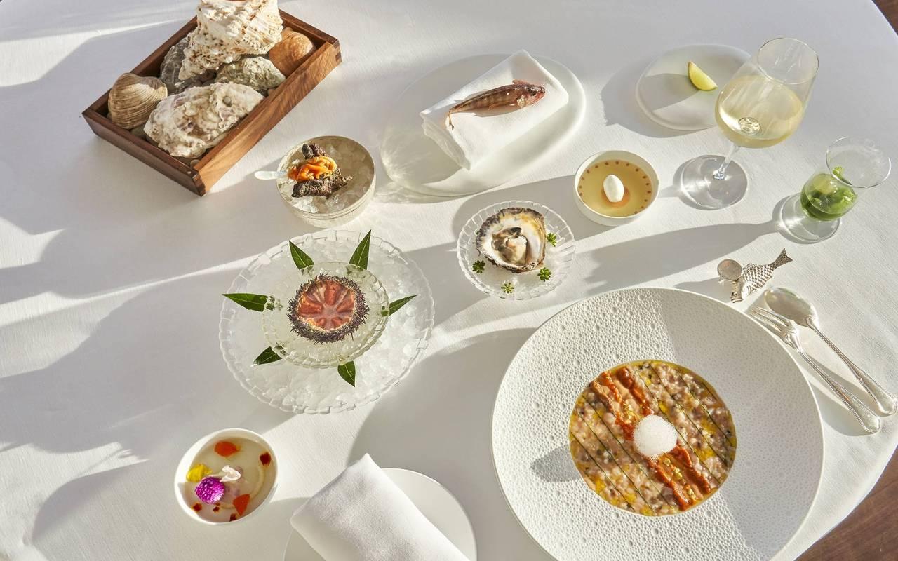 table avec des plats marseille restaurant étoilé