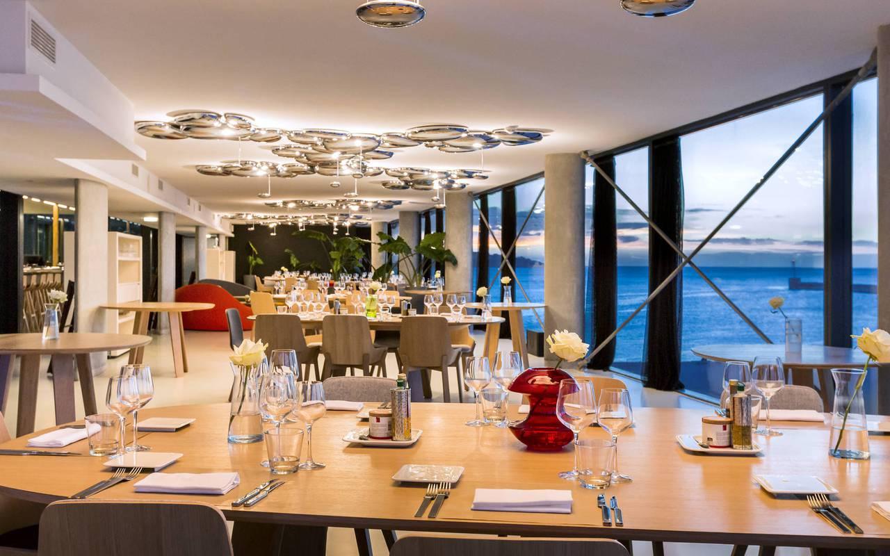 salle de restaurant vue mer en Provence