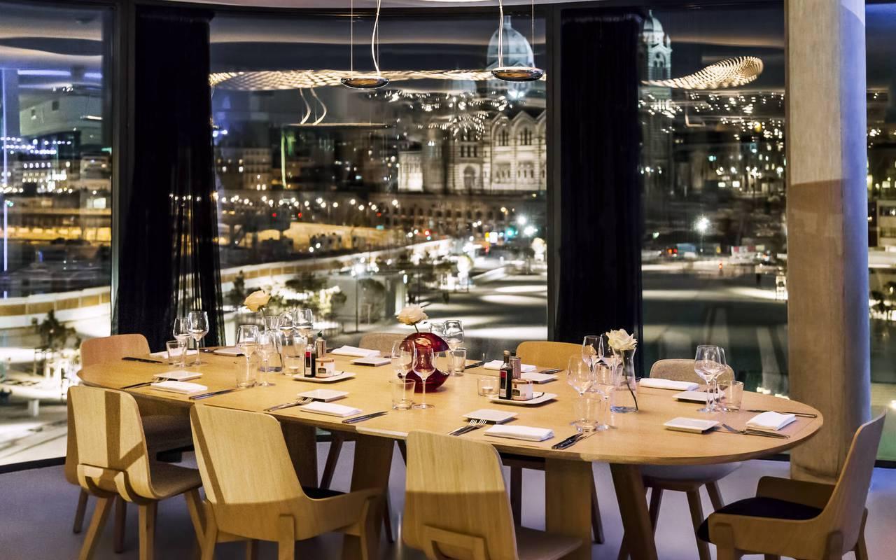 Restaurant avec vue de nuit à Marseille Vieux Port