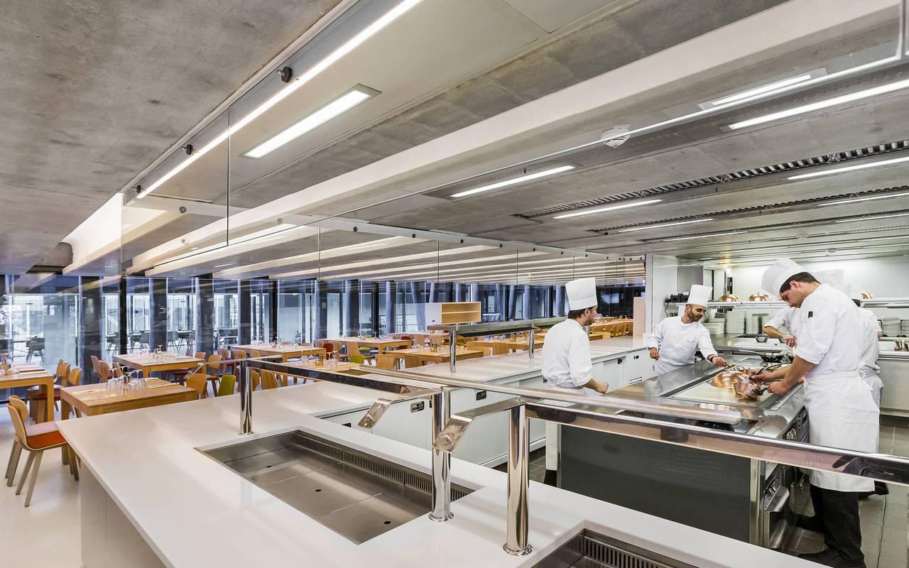 Grande cuisine ouverte hôtel luxe cote azur