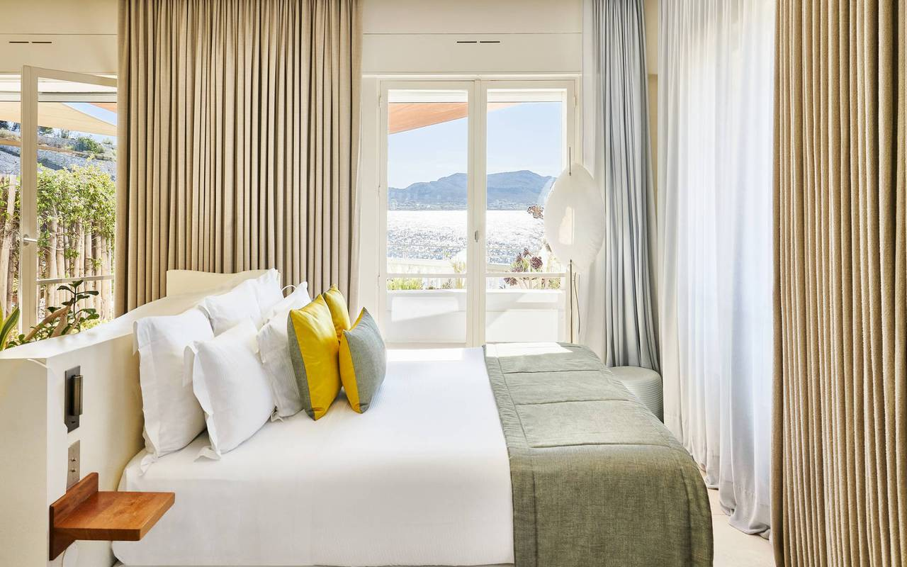 Chambre avec grande baie vitrée boutique hôtel marseille