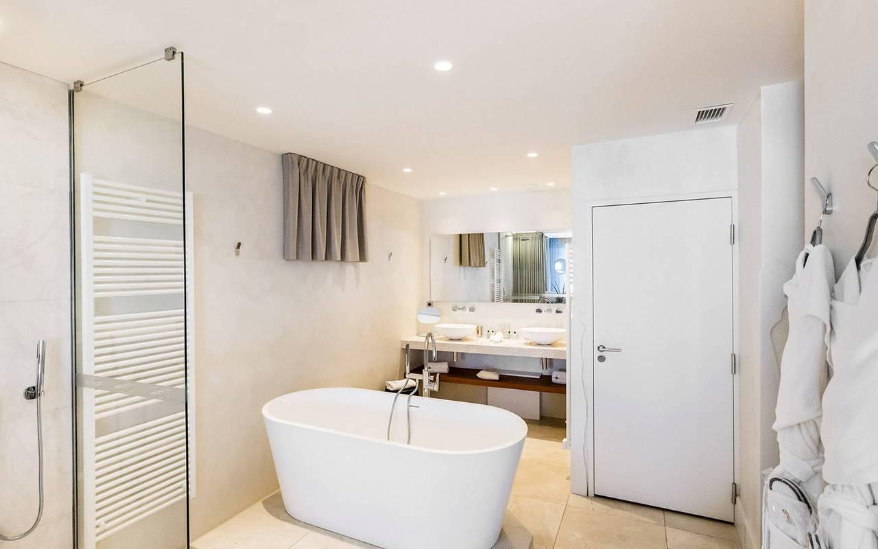 Salle de bain lumineuse hôtel insolite paca
